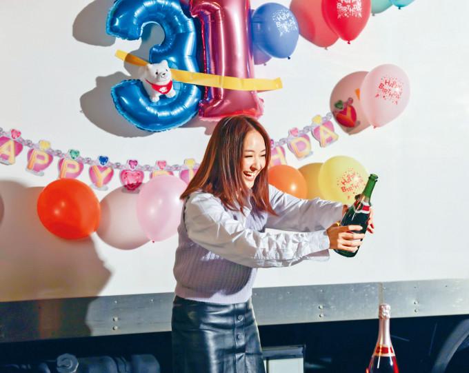 陳瀅獲《飛虎3之壯志英雄》劇組安排驚喜生日會。