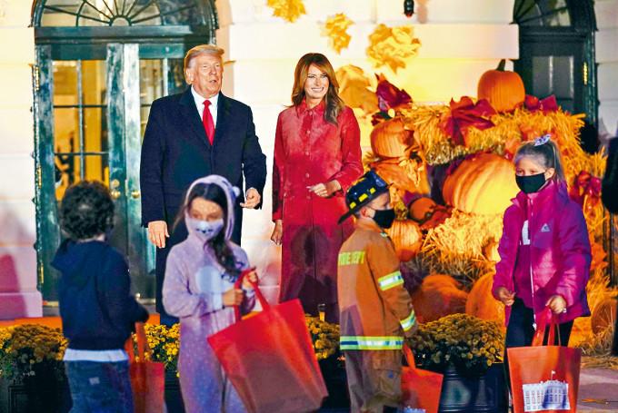 特朗普和梅拉尼婭周日在白宮主持萬聖節活動。