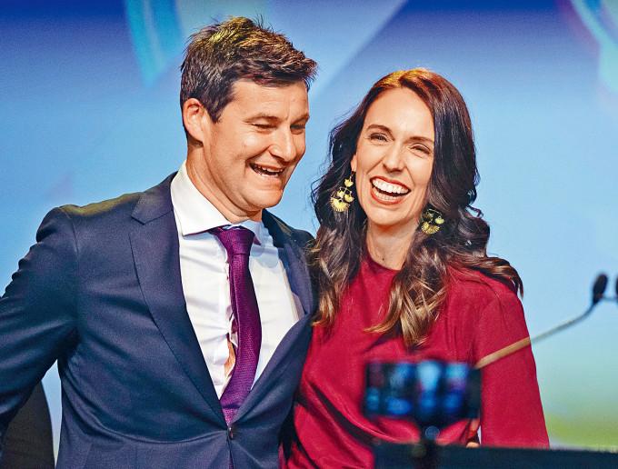 紐西蘭女總理阿德恩昨天贏得大選後,接受伴侶蓋福德的祝賀。