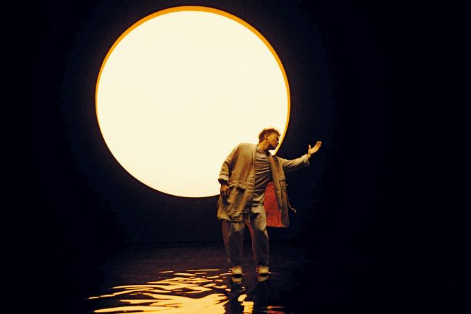 在MV尾段Eason出場跳舞時,背景會出現了一個大太陽。