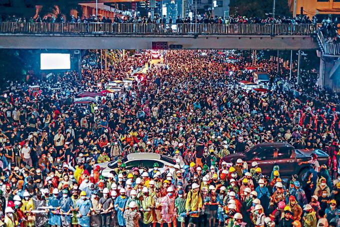 曼谷反政府示威者周三遊行往政府總部。