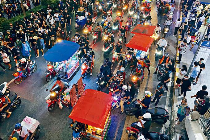 曼谷有小販檔向反政府示威者售賣食物。