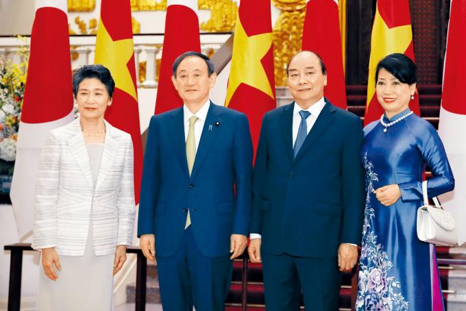 菅義偉夫婦(左)與越南總理阮春福夫婦在河內合照。