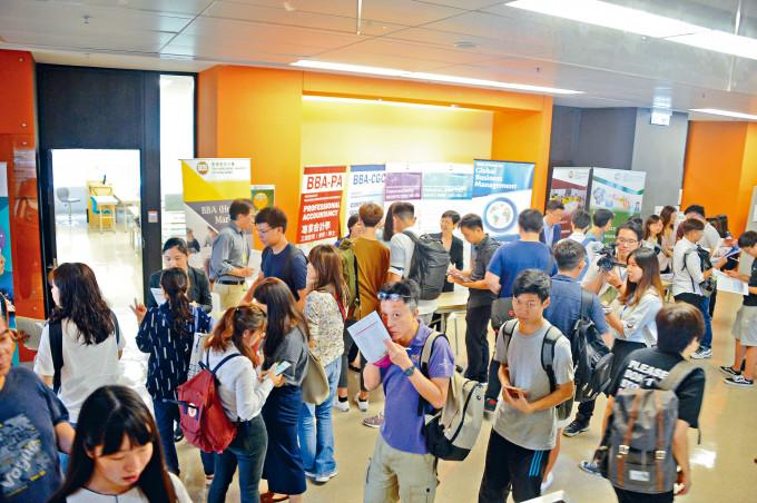 自資院校商科課程每年都吸引不少學生報讀。