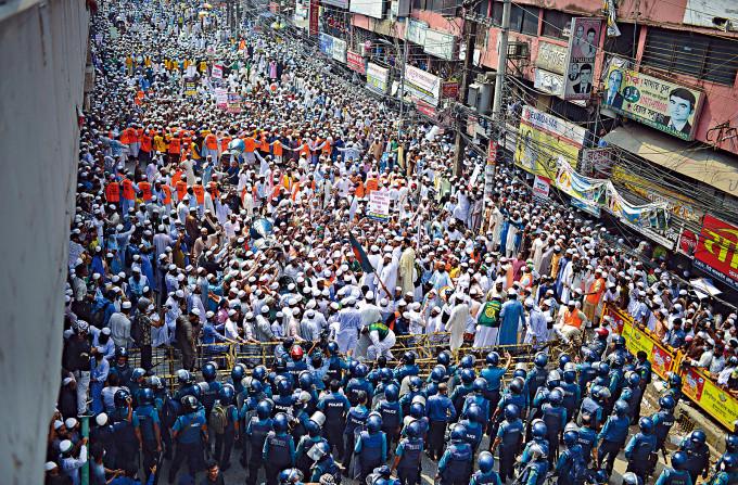 孟加拉首都達卡大批民眾周二上街,抗議馬克龍近期的言論。