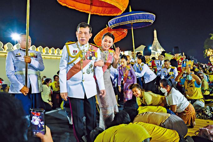 泰皇哇集拉隆功與皇后上周五見支持者。
