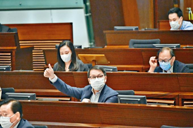 建制派趁民主派離席之際突襲,三讀通過廣播條例修訂法案。
