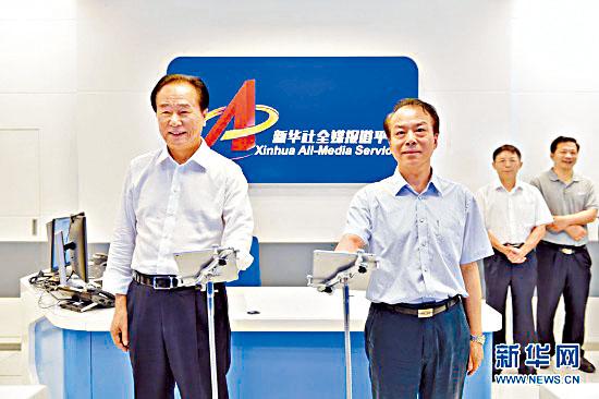 何平(右)接替蔡名照(左)擔任新華社社長。
