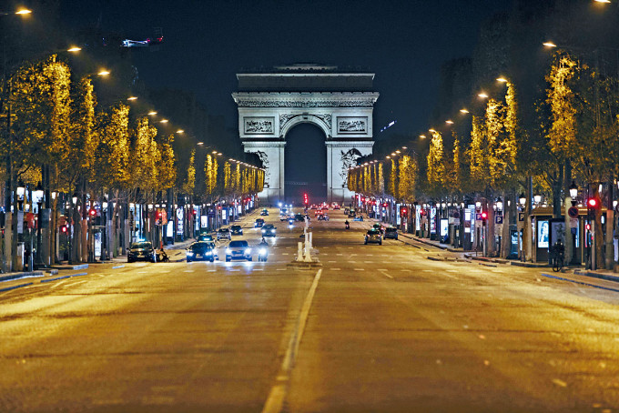 巴黎周六起宵禁,凌晨時分香榭麗舍大道冷冷清清。