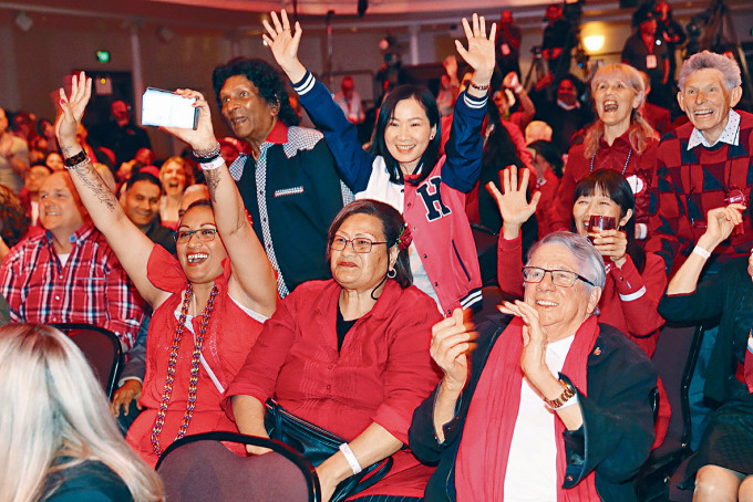 工黨支持者歡欣雀躍。