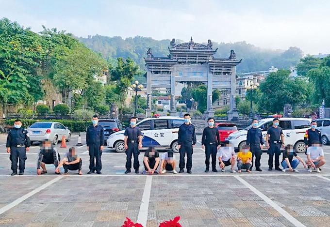 警方拘捕八名涉嫌偷渡的男女。