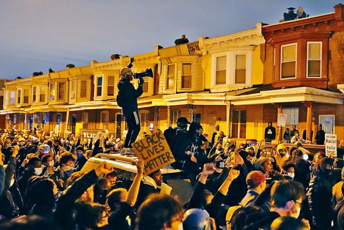 費城民眾周二上街示威,與警方對峙。