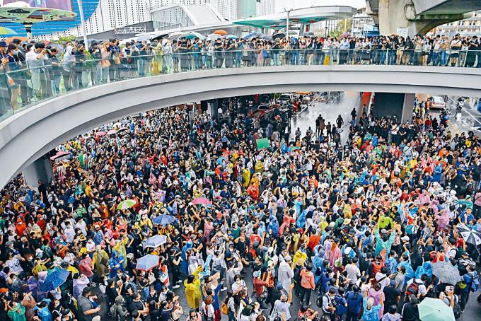 示威者在曼谷一條主要道路交匯處集會。