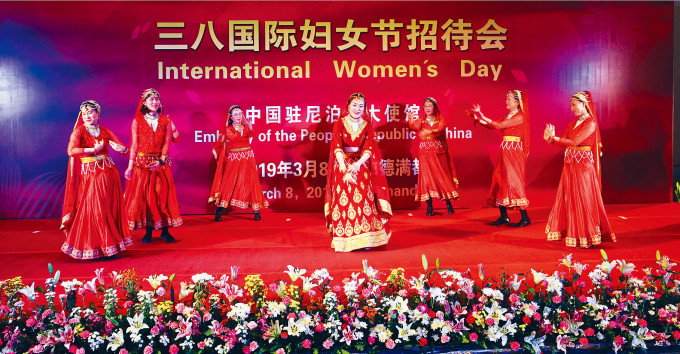 侯艷琪(中)去年在「三八」婦女節表演尼泊爾舞蹈。