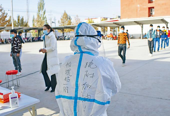 醫護人員在喀什疏附縣開展病毒採樣。