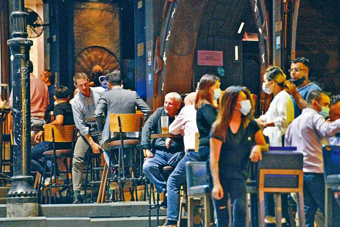 萬聖節前酒吧每枱人數亦放寬至最多四人,業界表歡迎。