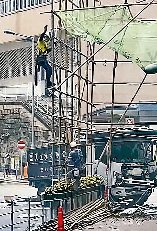 貨車俯衝撞兩車再撞欄及燈柱,燈柱擊向棚架,工人受驚逃生。