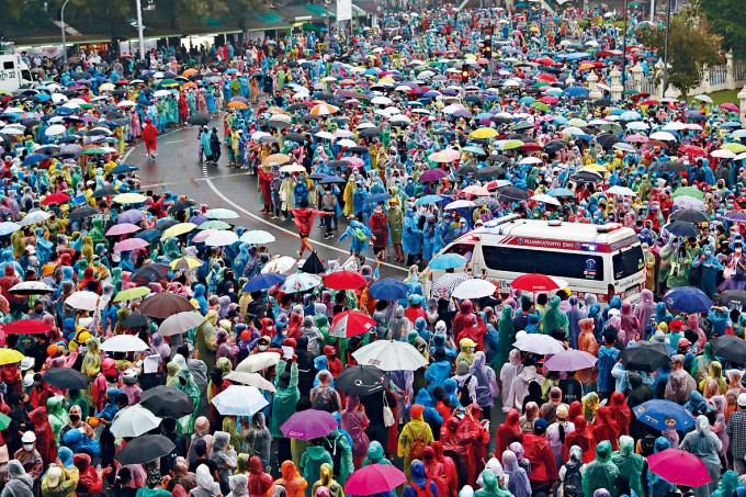 曼谷示威者讓路予救護車通過。