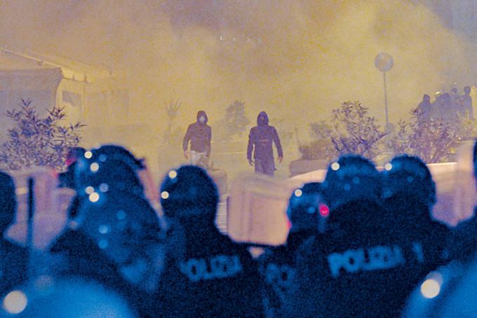 在疫情大反彈的意大利那不勒斯,民眾示威抗議宵禁和封鎖措施。