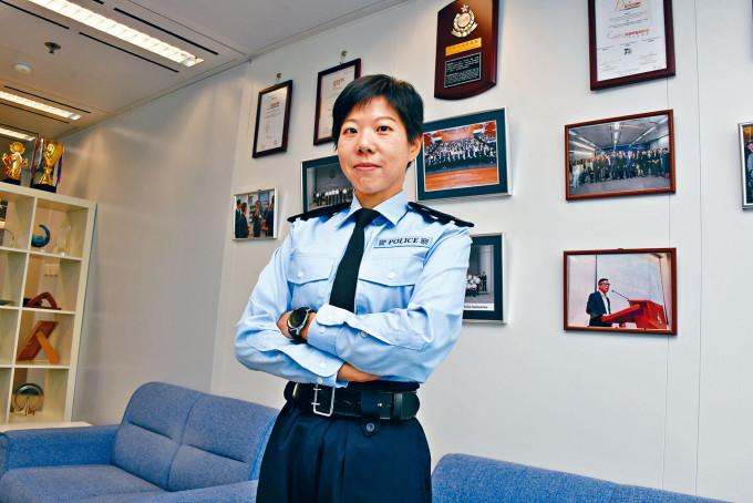 「警嫂」「阿心」圓夢,以四十歲之齡成為警員服務市民。