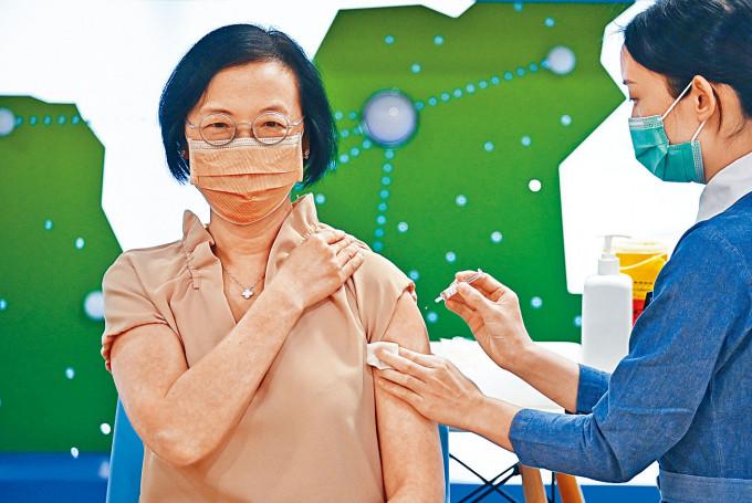 圖為食衞局局長陳肇始到葵青地區康健中心,接種流感疫苗。