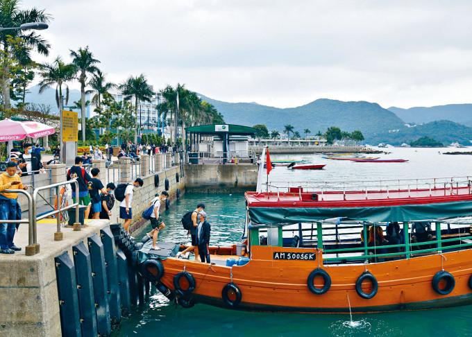 不少市民喜假日參加本地遊,旅遊業界冀放寬舉行本地旅行團的人數限制。