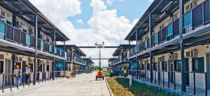 竹篙灣檢疫中心第二期有工程人員確診,營舍工程未完工。