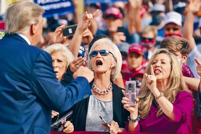 特朗普(左一)上周四在北卡羅來納州拉票。
