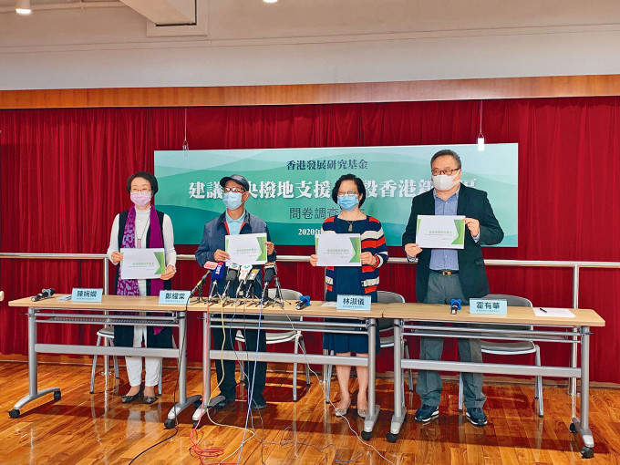 鄭耀棠(左二)表示,早前建議撥地予香港發展獲中央積極回應。