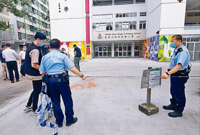 現場地上遺下橙色漆油,警方在場調查。