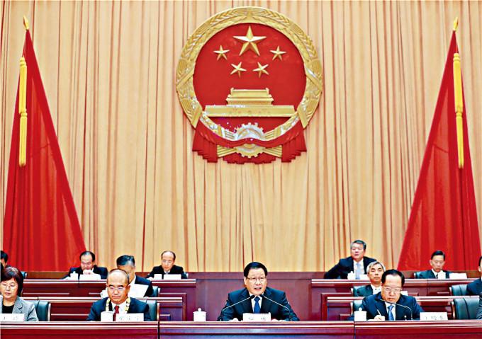 湖北省省長王曉東(右)九月二十一日參加省抗疫表彰大會後中風,圖右二為省委書記應勇。