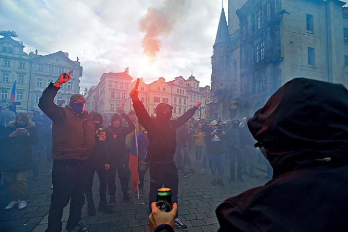 捷克示威者昨天在布拉格舊城廣場,抗議政府的防疫措施。