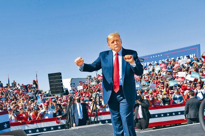 特朗普周一在亞利桑那州普雷斯科特的競選集會上,作勢起舞。