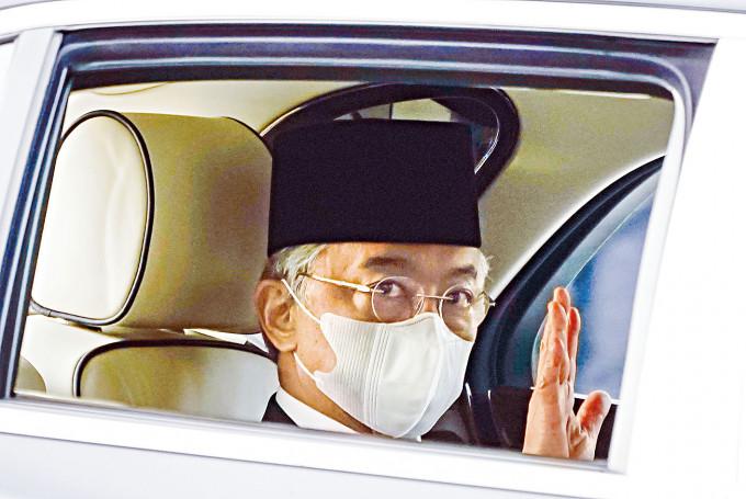 大馬國家元首阿布都拉周日坐車離開皇宮。