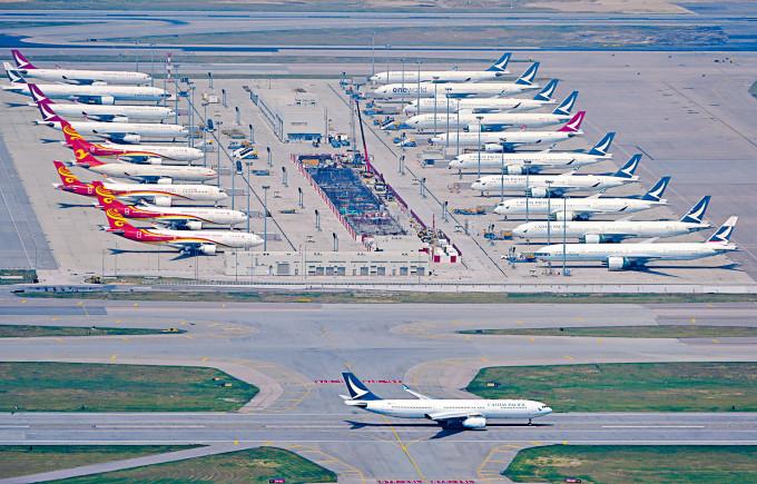 黃楚標稱,有意向政府爭取營運港龍原有部分航,以及招攬國泰被裁機師「飛住先」。