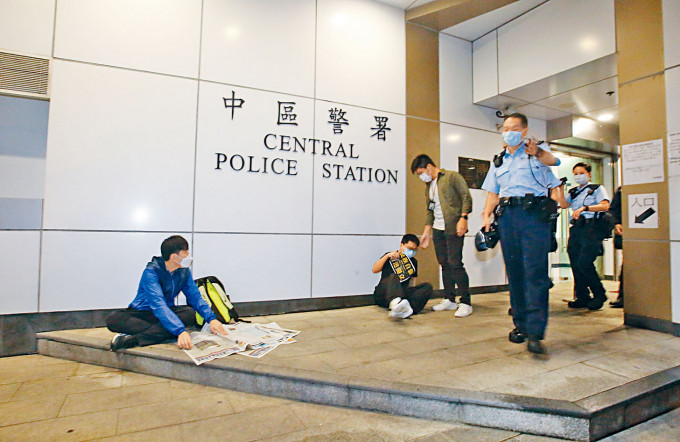 「Lunch哥」(左)及有新一代「美國隊長」之稱的姓馬男子,坐在警署外聲援鍾翰林。