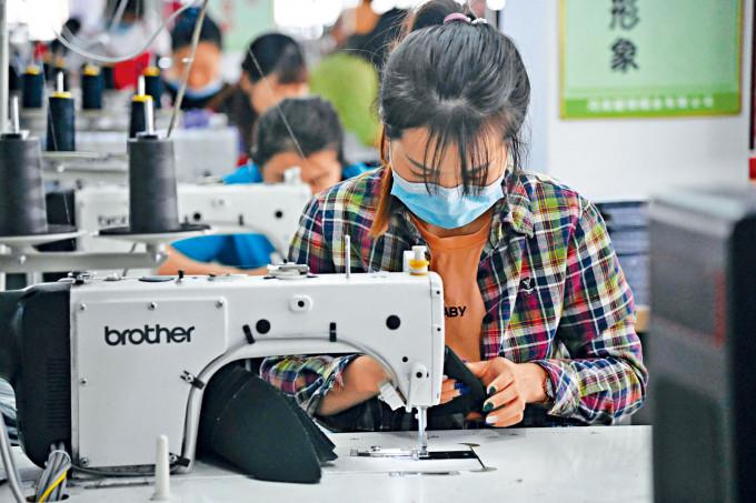 中國企業全面復工復產,紡織製衣定單增加。
