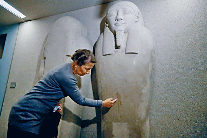 柏林一個博物館收藏的埃及石棺染上污迹。