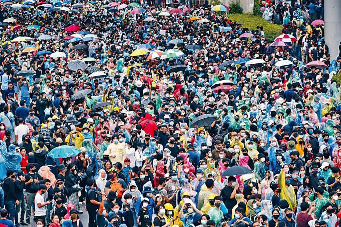 示威者在曼谷一個主要列車站附近聚集。