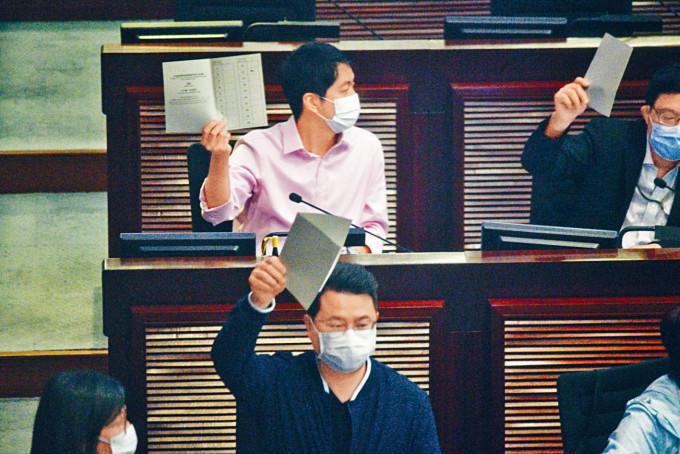 尹兆堅(前)被懷疑在環境事務委員會選舉主席期間多投一票。