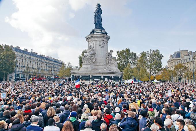 大批民眾周日聚集在巴黎共和廣場,支持言論自由。
