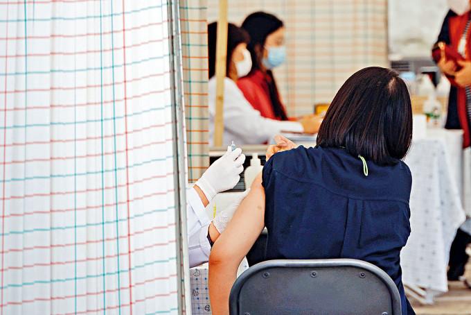 首爾一所醫院的醫護人員,周三為市民接種流感疫苗。