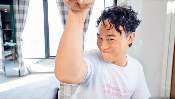 陳奕迅自嘲手臂過分粗壯。
