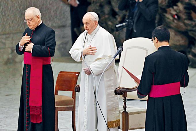 教宗方濟各(中)周三在梵蒂岡參加公開接見活動。