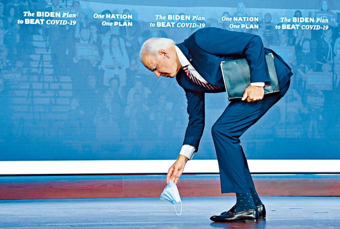 拜登上周五在佛州競選集會發言結束時跌了口罩。
