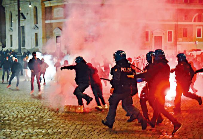 羅馬警方上周六驅散反對防疫宵禁的極右示威者。