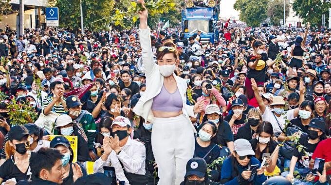 示威者要求首相巴育辭職和改革皇室。