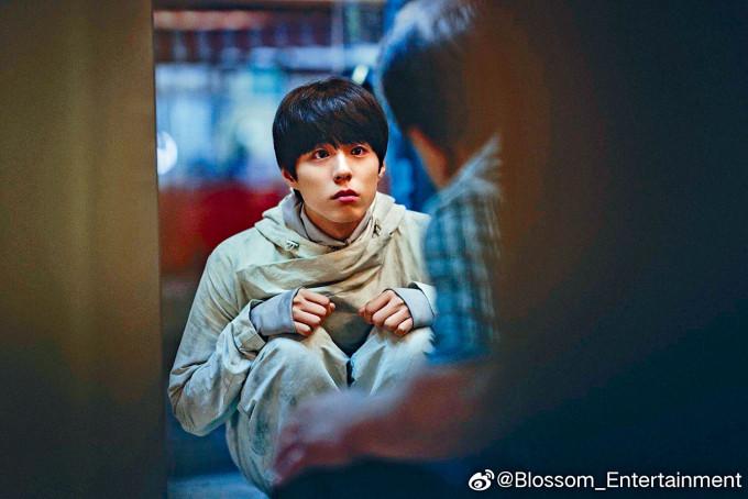 朴寶劍在《徐福》的劇照中含淚賣萌,冧爆fans。