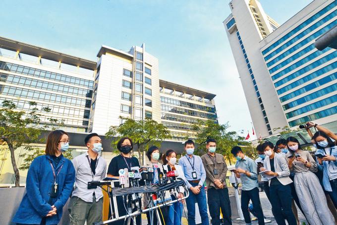 國泰宣布重組計畫,放棄旗下已有三十五年歷史的「國泰港龍航空」,工會副主席梁佩韻(左三)作出回應。