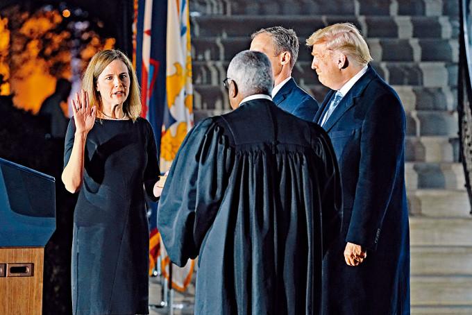 巴雷特(左)周一在特朗普見證下,於白宮南坪宣誓就任終身職大法官。